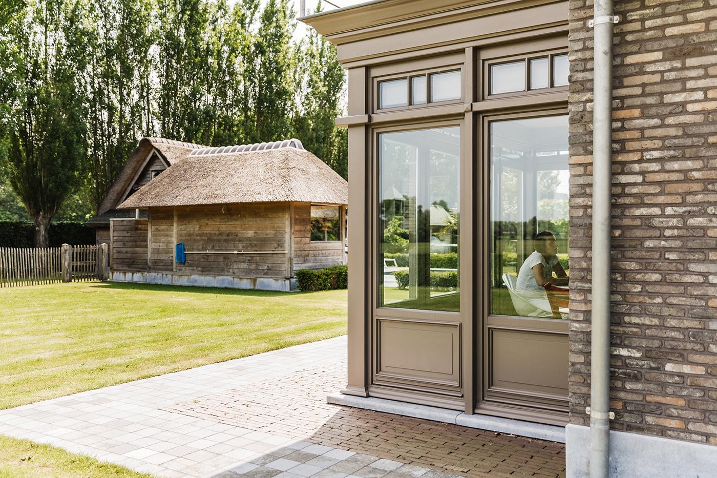Een houten veranda strak en modern of landelijke stijl for Houten veranda
